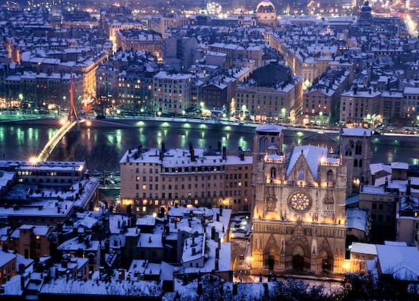 Lyon de nuit sous la neige